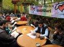Kahvehane bahçesinde kitap okuma etkinliği