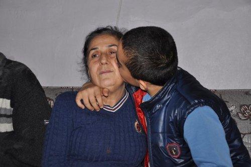 Engeliyle kanserli eşi ve oğluna bakıyor