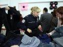 Polis eşlerinden öğrenciler yararına kermes