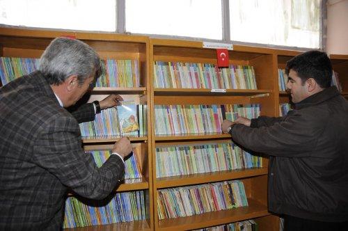 Ahlat'ta okul kütüphanesine kitap yardımı