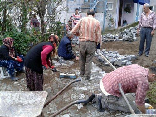 Ereğli'de köy sakinleri parke döşedi