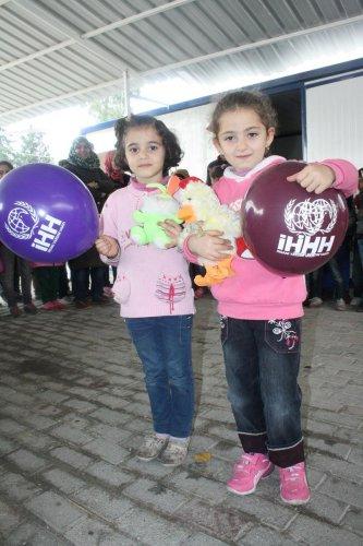 Suriye'li çocuklara oyuncak