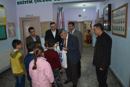 Nusaybin'de öğrencilere kışlık elbise yardımı