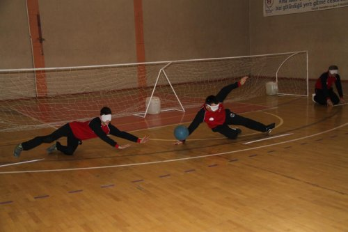 Öğretmenler gözlerini bağlayarak engellilerle golbol oynadı