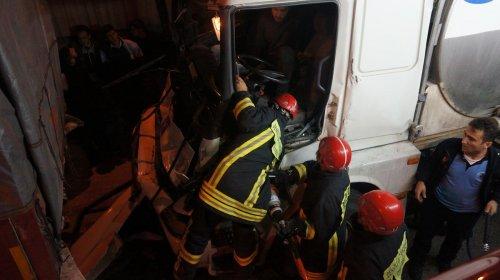 Tanker kabininde sıkışan şoför itfaiye ekiplerince kurtarıldı