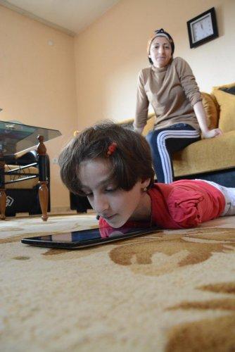 Ağzıyla yazı yazıp, çenesiyle bilgisayar kullanıyor
