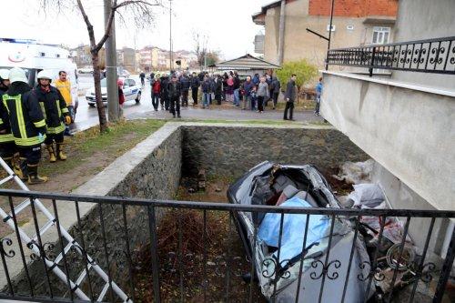 Balkona çarparak bahçeye düşen otomobilin sürücüsü öldü
