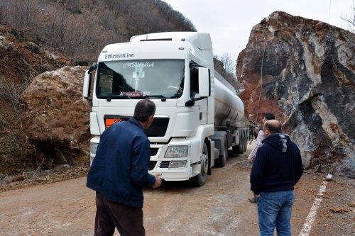 Tunceli-Erzincan karayoluna kaya parçaları düştü