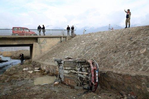 Erzincan'da otomobil sulama kanalına devrildi: 1 ölü, 4 yaralı