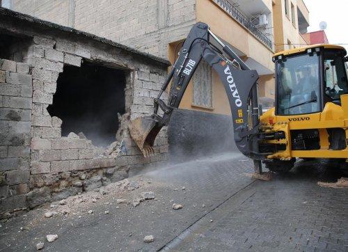 Haliliye'de metruk bina yıkıldı