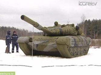 Rus ordusu plastikten ürettiği şişme askeri araçlar ve makineler