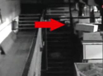 Merdivenlerden yukarıya çıkıyor ve