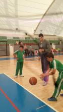 NBA yıldızı Enes Kanter, öğrencilere basketbol dersi verdi