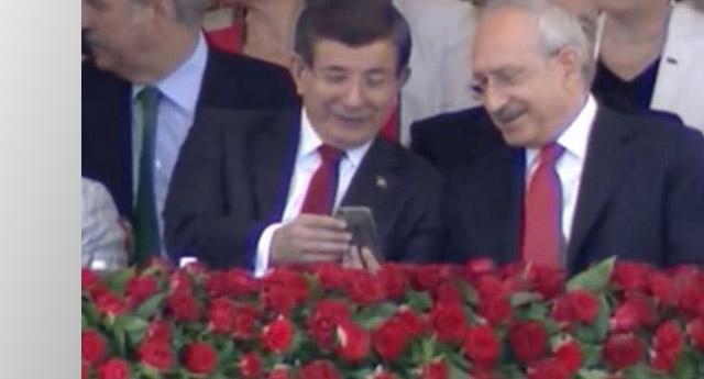Cep telefonuna bakıp güldüler