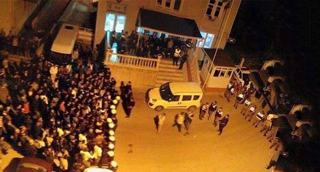 Polis kalabalığın elinden zor kurtardı