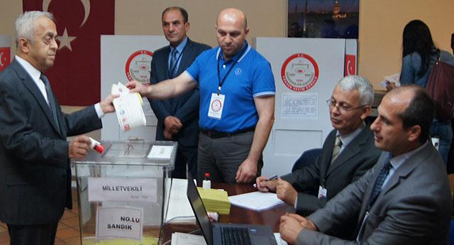 AKP'li sandık görevlisinin yaptığına şaşıracaksınız