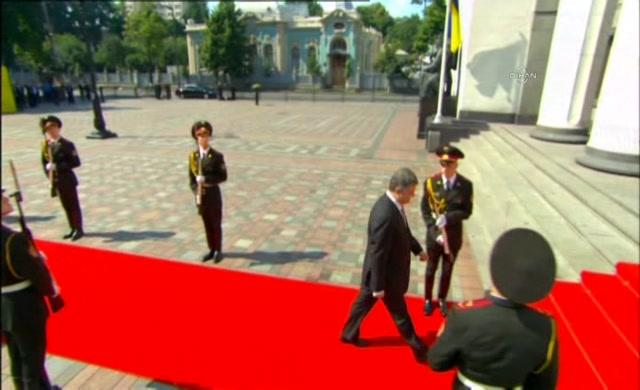 Poroşenko nun yemin töreni sırasında bir asker bayıldı video