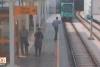 Tramvay raylarına düşen adamı son anda fark etti!