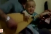 Babasıyla saz çalıp düet yapan bebek