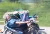 Yaşlı adam uzanarak motor kullanıyor