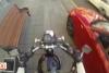Motorcu kız yere çöp atanların cezasını kendisi veriyor