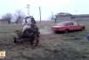 Atını arabaya bağladı otomobili yenmesi için kamçıladı!