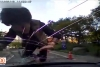 Kimse çarpmayınca, kendisi arabaya çarptı!