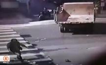 İki kamyon arasında kaldı, feci şekilde can verdi! -video