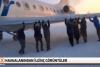 Pistte tekerleri buz tutan uçağı yolcular iterek çalıştırdı