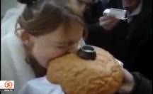 Rusya'da ekmeği ısıran gelinin çenesi çıktı -video