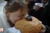 Rusya'da ekmeği ısıran gelinin çenesi çıktı