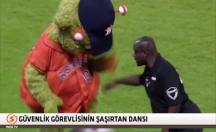 Güvenlik görevlisinden maskota efsane dans dersi! -video