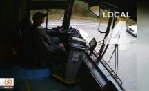Otobüs sürücüsü uyuya kalınca ortalık savaş alanına döndü! -video