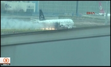 Motoru alev alan uçak böyle iniş yaptı -video