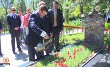Davutoğlu, Türkeş'in kabrini ziyaret etti