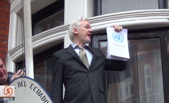 WikiLeaks kurucusu Julian Assange, balkona çıktı
