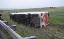Otobüs tarlaya uçtu; 1'i ağır 21 yaralı